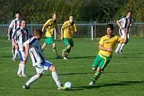 Fotbalisté Stříteže (žluté dresy) doma porazili Hutisko B 3:0