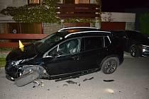 Dvacetiletý řidič Škody Felicie naboural v sobotu 14. září 2019 večer v silné opilosti dvě zaparkovaná auta ve Valašském Meziříčí.