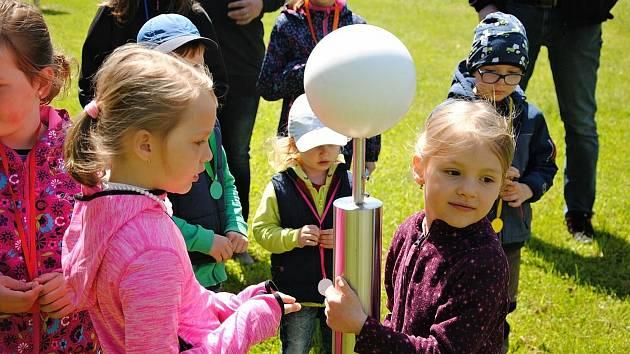 Zahrada valašskomeziříčské hvězdárny v sobotu 29. května 2021 po dlouhé době patřila rodinám s dětmi. Odpoledne se točilo okolo Slunce.