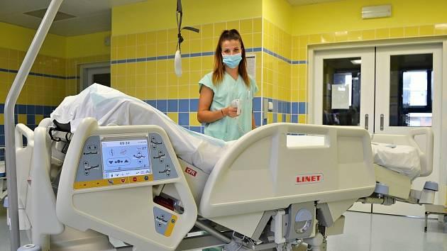 Moderní elektricky polohovatelné lůžko pro anesteziologicko-resuscitační oddělení Nemocnice AGEL Valašské Meziříčí přišlo téměř na tři sta tisíc korun.