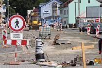 Práce na stavbě nového kruhového objezdu na ulici Generála Klapálka na vsetínském sídlišti Ohrada (6. srpna 2019).