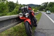Motocykl u Veselí skončil ve svodidlech (ilustrační foto).
