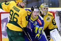 Druholigoví hokejisté Vsetína (žluté dresy).