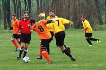 Fotbalisté Branek (žluté dresy) doma porazili Velkou Lhotu 6:2.
