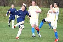 Fotbalisté Poličné (bílé dresy) v sobotu rázně vykročili za záchranou a v domácím prostředí si poradili s Hrachovcem po vítězství 3:1.