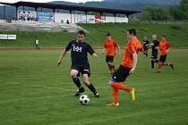 Fotbalisté Valašského Meziříčí (v tmavém, u míše vlevo Pavel Bartecký) si doma poradili s Losinami 5:0.