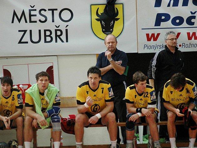Trenér Jiří Kekrt (vzadu vlevo za hráči) již chystá taktiku na Jičín, se kterým se Valaši střetnou ve čtvrtfinále play off. Série začíná v sobotu 13. března.