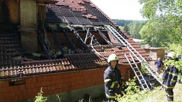 Pořár části střechy stolařské dílny v Hošťálkové.