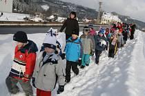 Děti z huslenské základní školy si ve sněhu mohly vyzkoušet trasu, na níž vznikne nový bezpečný chodník.