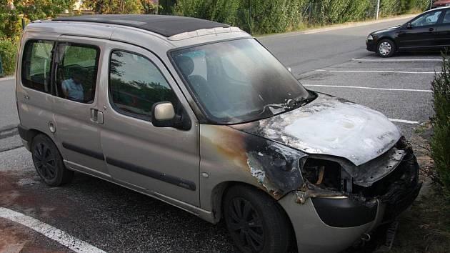 Požár osobního auta v Rožnově pod Radhoštěm.