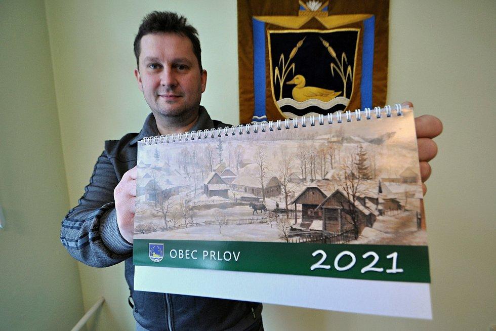 Starosta Prlova Jaromír Kratina s aktuálním obecním kalendářem, na jehož titulní stranu byla použit reprodukce obrazu malíře Karla Živného z roku 1949.