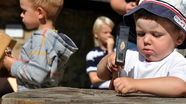 Ve Valašském muzeu v přírodě v Rožnově pod Radhoštěm byly v sobotu 18. srpna 2012 k vidění ukázky tradičního zpracování dřeva a další řemesla. Nechyběly soutěže pro rodiče s dětmi