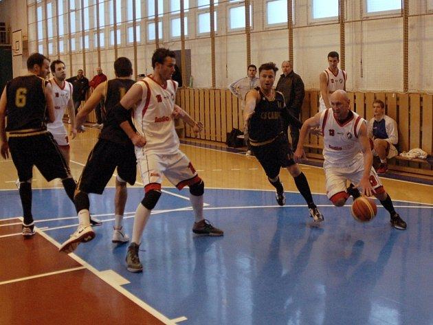 Basket II. liga Jasenice (bílé dresy) – Valašské Meziříčí. Foto: Deník/ Marek Havran