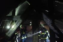 Hasiči likvidují ve čtvrtek 23. dubna 2020 požár na půdě rodinného domku v Nemocniční ulici ve Vsetíně.
