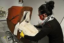 K nejstarším exponátům a zároveň také exponátům nejhonosnějším a nejdražším jsou takzvané promenádky zdobené množstvím volánků a krajkoví.