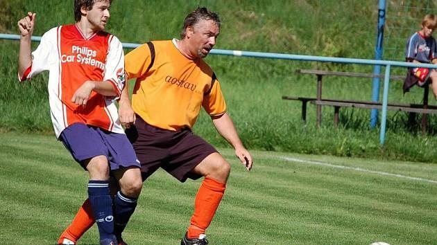 V derby ve III. třídě mezi Hrachovcem B a Podlesím B (oranžové dresy) branka nepadla.