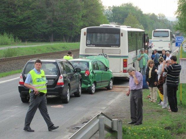 na hlavní silnici mezi Valašským Meziříčím a Zašovou došlo k hromadné dopravní nehodě.