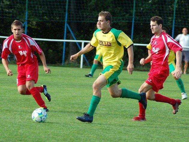 Fotbalisté Lhotky nad Bečvou (žluté dresy) v jarní premiéře porazili prostřední Bečvu vysoko 5:0.
