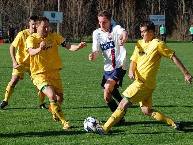 Fotbalisté Velkých Karlovicě+Karolinky (žluté dresy) porazili Vigantice 1:0.