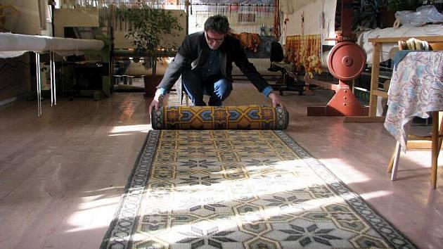 V Moravské gobelínové manufaktuře ve Valašském Meziříčí dokončili tkaní koberce pro evangelický kostel ve Vsetíně.