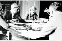 MATURITA. Ústní maturity 4. B třídy (27. až 30. května 1974). V maturitní místnosti sedí zleva místopředseda maturitní komise prof. Otto Rochowanski, předseda komise, ředitel gymnázia v Šumperku Vratislav Drtil, maturuje Jarmila Kotrlová.