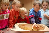 Děti pouštěly také lodičky ze skořápek