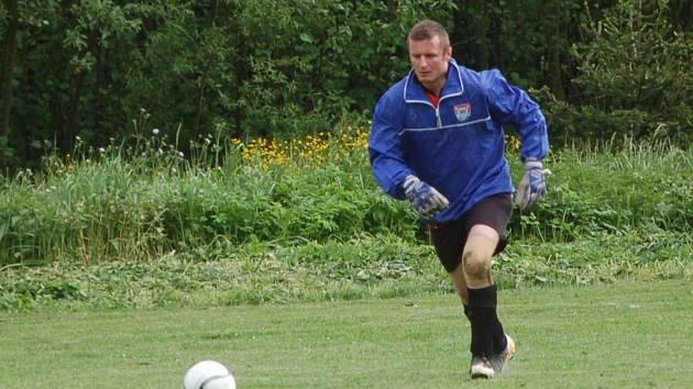 Petr Chocholatý, obvykle útočník, byl poslán v derby s Kladeruby do branky.