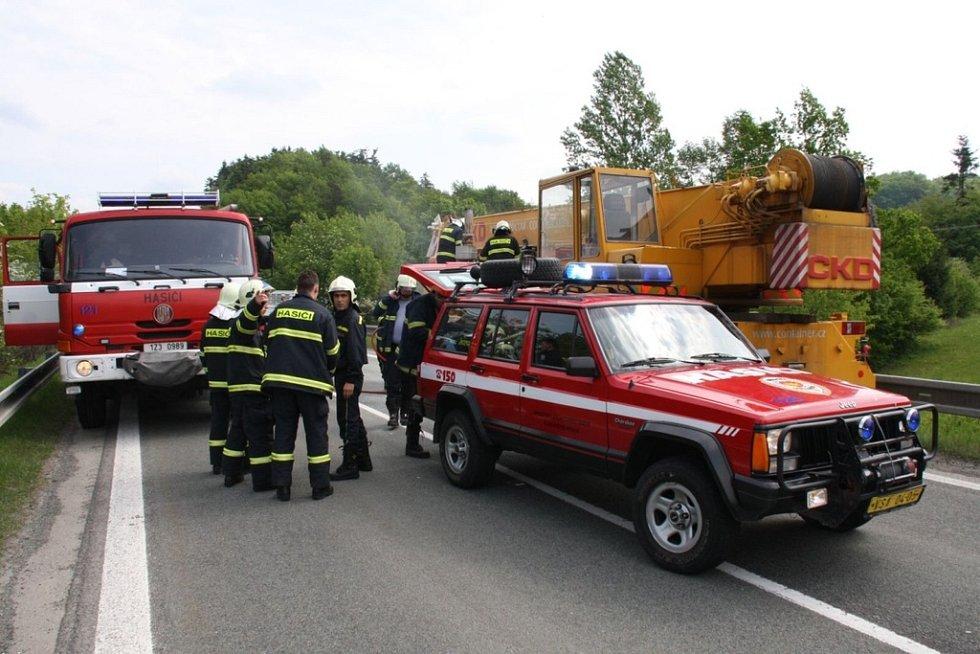Požár autojeřábu u Pozděchova.