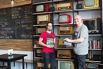 Kavárníci Ivo Jurásek (vlevo) a Michal Toňa Tonhauser, jsou srekonstrukcí interiéru hudebního klub Vrátnice v Rožnově pod Radhoštěm nadmíru spokojeni.