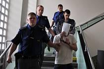 Před Okresním soudem ve Vsetíně v pondělí 10. června 2013 opětovně stanuli Jakub Beneš a Ondřej Kopetschke (skrývá tvář). Podle obžaloby se společně dopustili podvodu při nezákoném převedení lesnických pozemků.