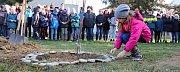 Lidickou hrušeň vysadili ve středu 28.11.2018 na zahradě ZŠ Žerotínova ve Valašském Meziříčí. Žáci položili ke stromku osmaosmdesát oblázků se jmény a věkem dětí, které běsnění nacistů nepřežily.