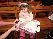 S velkou nedočkavostí rozbalovala svůj dárek za pomoci své maminky také Sofinka ze Vsetína.