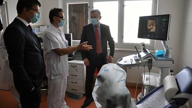 Slavnostním předáním nové zobrazovací techniky ve Vsetínské nemocnici (na snímku s hejtmanem Jiřím Čunkem lékař gynekologicko-porodnického oddělení Martin Janáč a starosta Vsetína Jiří Růžička); pátek 11. září 2020