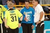 Petr Orság (v modrém uprostřed) byl vyhlášen nejlepším brankářem turnaje v Hlohovci.