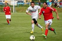 Fotbalisté Hrachovce (červené dresy) ve šlágru soutěže doma přehráli Valašské Příkazy 1:0.