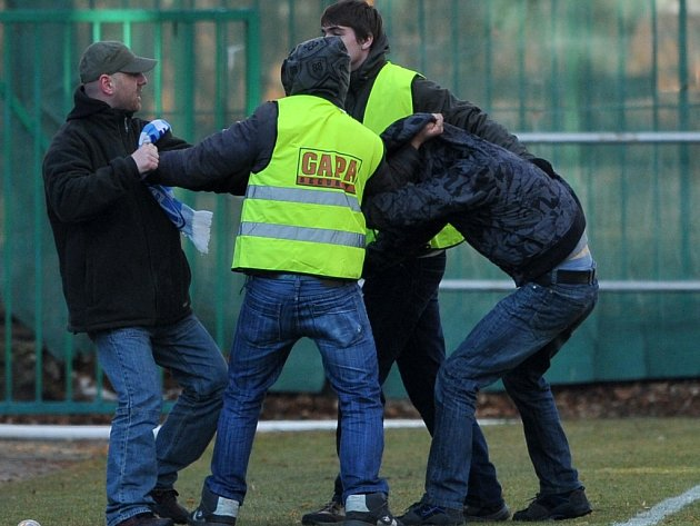 Bitky se občas na fotbale vyskytnou. Ilustrační foto.