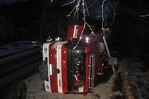 Na místo dopravní nehody hasiči nedojeli. Sami havarovali. Ironií osudu je, že nehoda, k níž byli vysláni, neměla ani z daleka tak vážné následky, jaké postihly samotné záchranáře.