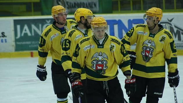 Hokejisté VHK Vsetín (žluté dresy) v přípravě prohráli s Porubou 4:5 po nájezdech.