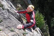 Záchranáři z Horské Služby Beskydy trénují horolezeckou techniku na Valově skále u Vsetína