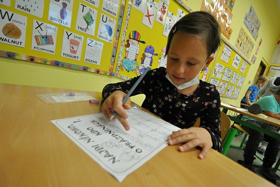 Žáci třetí třídy Základní školy Huslenky první den v novém školním roce 2021/2022.