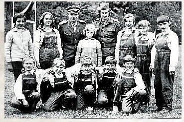 """HASIČI. Na snímku je družstvo """"mladých požárníků"""" na okresním kole hasičské soutěže ve Velkých Karlovicích v roce 1976."""