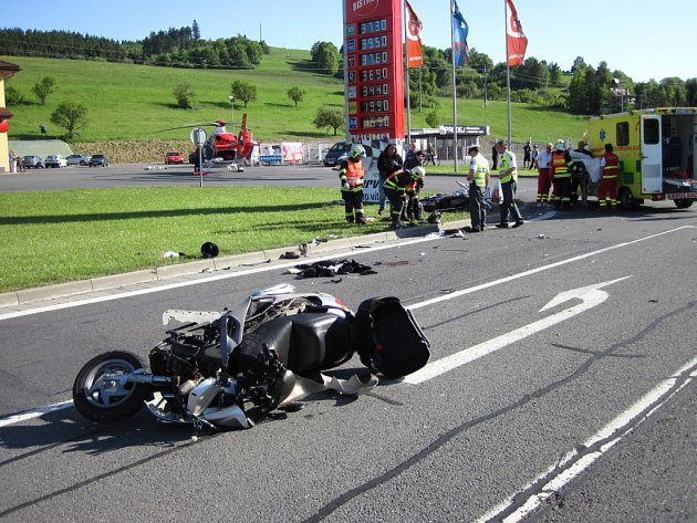 O víkendu bourali motorkáři a cyklista, musel k nim vrtulník