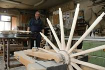 Osmašedesátiletý Augustin Krystyník z Nového Hrozenkova je jediným vyučeným kolářem v České republice, který své řemeslo stále provozuje - 28. května 2020.