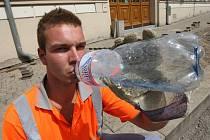 Pozor na dostatek tekutin by si měli dát sportovci, ale i lidé vykonávající fyzicky náročná zaměstnání.