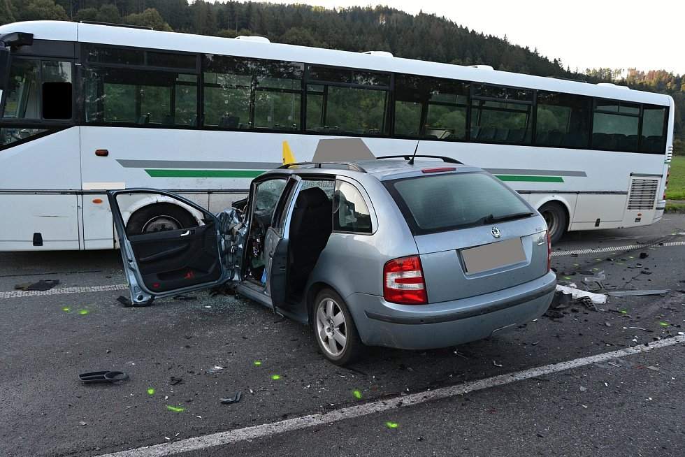 Vážnější dopravní nehoda omezila ve čtvrtek ráno 5. září 2019 provoz na hlavní silnici v Podlesí. Čelně se srazilo osobní a nákladní auto.