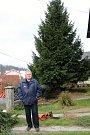 Vánoční strom pro Rožnov věnovala letos městu rodina Mrhalova. Odborníci ho uřezali ve Viganticích a převezli na náměstí v pondělí 26. listopadu 2018. Na snímku majitel Zdeněk Mrhal.
