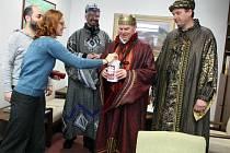 Tříkrálovou sbírku na Rožnovsku zahájili v pátek 9. ledna Tři králové na koních. Dorazili na radnici v Rožnově pod Radhoštěm.