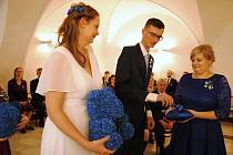 Snoubenci Hana Králová a Michal Zezulka při svatebním obřadu na radnici ve Valašském Meziříčí; sobota 22. 2. 2020