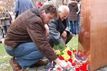 Výročí Dne boje za svobodu a demokraci si připomnělo v Panské zahradě ve Vsetíně několik desítek lidí.