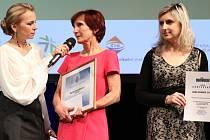 Ocenění za vítězství v soutěži Biblioweb 2015 převzaly na konferenci ISSS 2015 v Hradci Králové za vsetínskou knihovnu Kateřina Janošková (vpravo) a Helena Gajdušková (uprostřed).